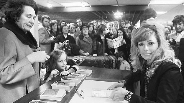 Vivi Bach signiert am 22. Juni 1971 in Zürich ihr Kinderbuch «Ein Kind aus Kopenhagen».