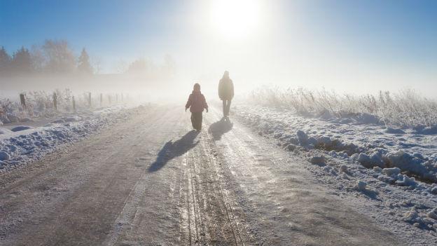 Bewegung draussen ist auch im Winter wichtig: Die Bewegung stärkt die Muskulatur und das Tageslicht hebt die Stimmung.