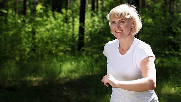 Es muss nicht joggen sein, auch ein Spaziergang durch den Wald stärkt die Gesundheit.