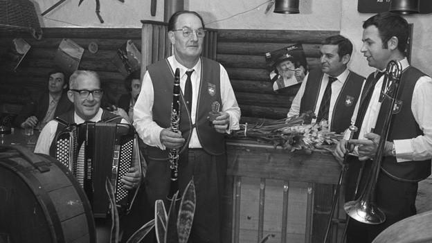 Schwarz-Weiss-Fotografie mit einer Ländlerkapelle.