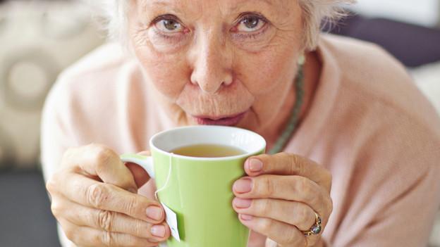 Salbeitee sorgt bei unkomplizierten Halsschmerzen für Linderung.