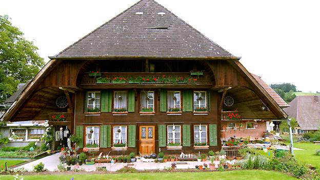 Typisches Haus im Emmental. Neben dem Hauptgebäude findet sich in der Regel das «Stöckli» als Altersresidenz für Bauer und Bäuerin im Ruhestand.