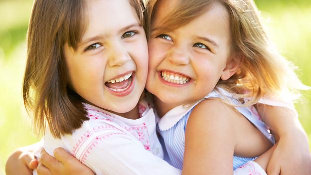 Innige Freundschaft: Zwei Busenfreundinnen, die einander ins Herz geschlossen haben.