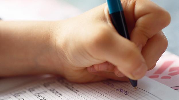 Bei manchen Menschen kommt hauptsächlich die linke Hand zum Einsatz: Beim Schreiben, Handwerken, Kochen usw.