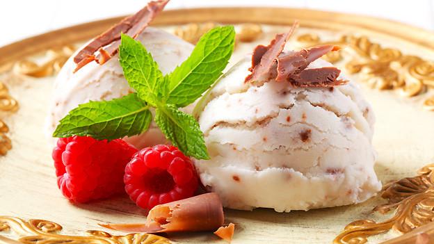 Für die Stracciatella-Glacé wird Schokolade «zerrupft», was dem Namen dieser Glacé-Sorte erklärt.