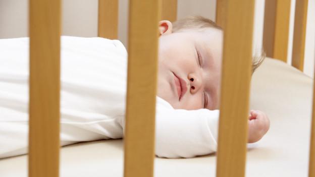 Ein Gitterbett ist sinnvoll bei kleinen Kindern, damit sie nicht aus dem Bett fallen.