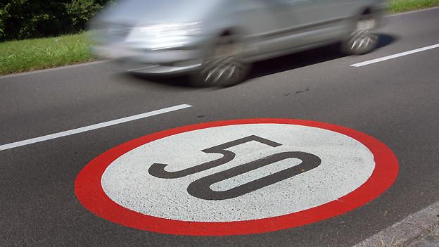 Die allgemeine Verkehrsregelverordnung schreibt zum Beispiel innerorts Tempo 50 vor.