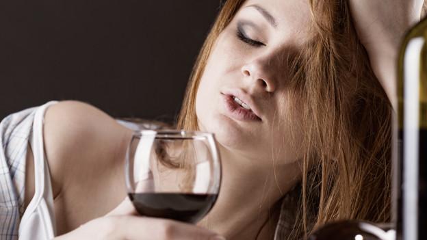 Dieser Dame ist der Alkohol zu Kopf gestiegen.