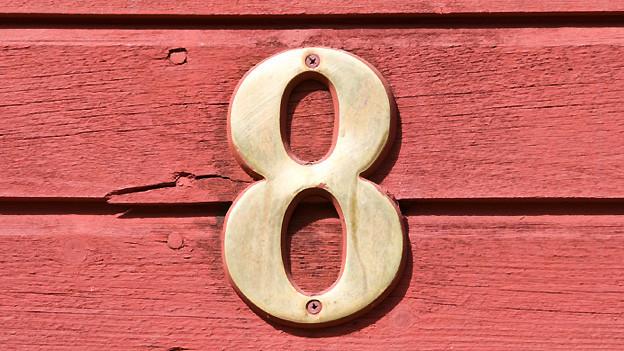 Zahl Acht als Hausnummer.