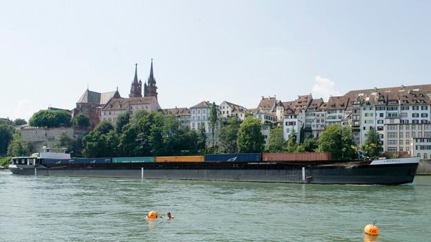 Das Containerschiff Lindenfels auf dem Rhein in Basel.