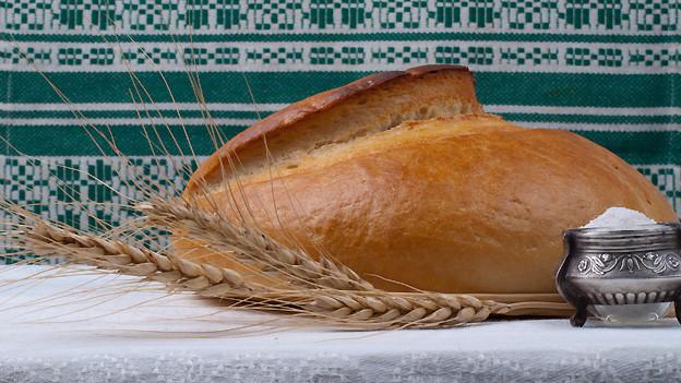 Brot und Salz als Schutz und Segen im neuen Heim.