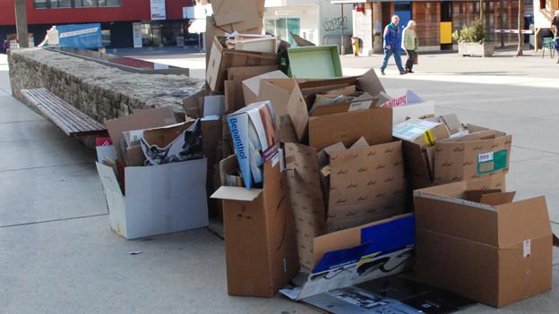 Alte Schachteln auf dem Weg zum Recycling.