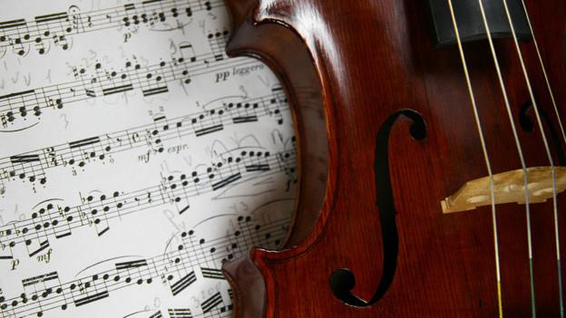 Das «f» auf Notenblättern gibt einen Hinweis darauf, mit welcher Intensität gespielt wird: f = forte, ff = fortissimo, mf = mezzaforte.