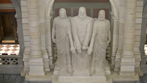Auch im Bundeshaus zeugt diese Statue vom legendären Rütlischwur.