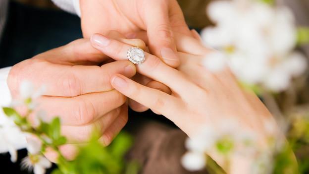 Mit Fräulein wurde früher eine kinderlose, ledige Frau bezeichnet. Bei der Heirat hat sich Frau von der Bezeichnung Fräulein verabschiedet.