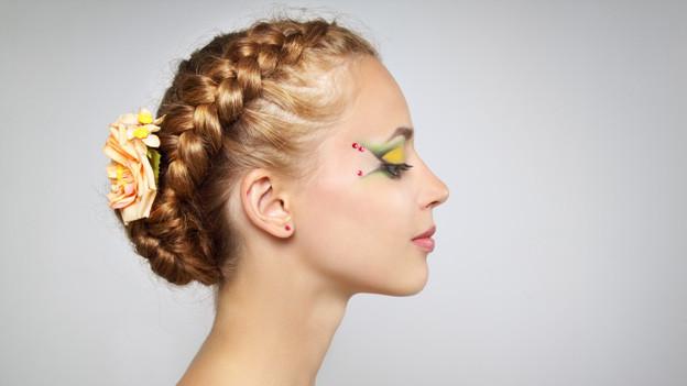 Geflochtene Haare lassen sich zum hübschen Accessoire gestalten.