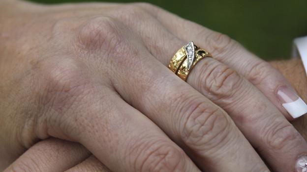 Der Ehering gilt als Symbol der Treue.