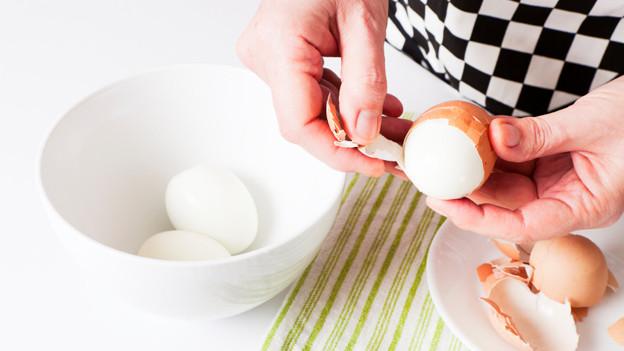 Hier löst sich die Schale für einmal leicht vom Ei.