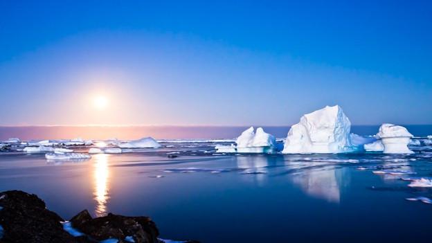 Eisberge stellen eine Gefahr für die Schifffahrt dar und werden durch Satelliten und Flugzeuge überwacht.