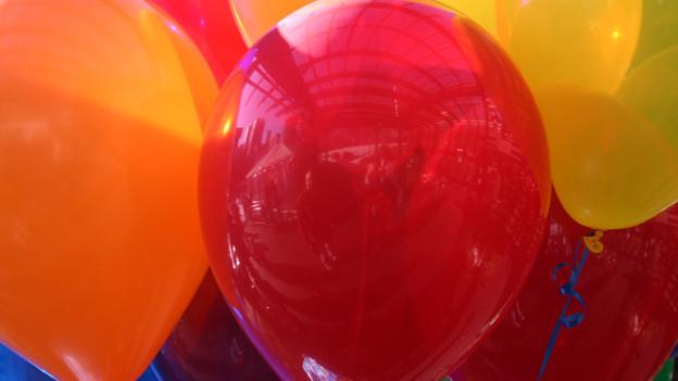 Mit Gas gefüllte Luftballons sind leichter als Luft und folgen deshalb einem nicht ewarteten Bewegungsmuster.