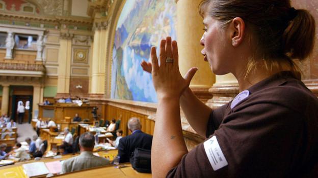 Gebärdensprache im Nationalrat: 2002 übersetzt Lilly Kahler ein Votum in der Debatte um die Initiave «Gleiche Rechte für Behinderte» in die Gebärdensprache.