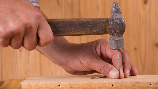Statt den Nagel trifft man beim Hämmern leider auch ab und zu den Fingernagel.
