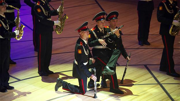 Das Orchester der Suworos Militärakademie Moskau spielt auf dem Europaplatz vor dem KKL auf.