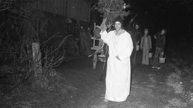 Der «Giritzvater» im weissen Umhang und mit Tannli unterwegs beim «Giritzjage» in Wikon.