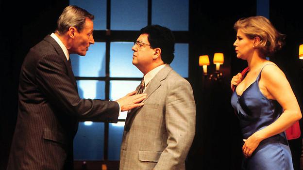 Peter Arens (links) als Richard Willey, Siegrfried Gressi als George Pidgen und Katharina von Bock als Jane Worthington in Ray Cooneys Boulevard-Farce «Ausser Kontrolle» 1996 am Züricher Schauspielhaus.