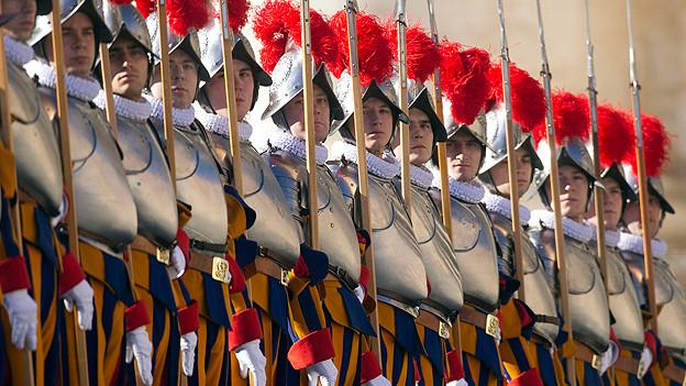 Die Soldaten der Schweizergarde in den typisch blau-gelb-roten Uniformen beim Papstsegen «Urbi et Orbi» am 25. Dezember 2011 vor dem Petersdom in Rom.