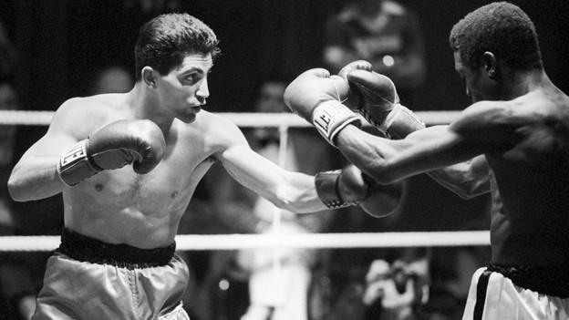 Enrico Scacchia gewinnt am 17. November 1984 in Chavannes-pres-Renens den Kampf im Supermittelgewicht gegen den Ugander Joe Ouru durch K.o. in der 10. Runde.