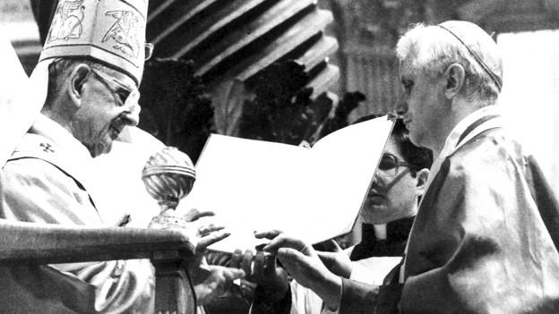 Papst Paul VI. würdigt 1977 den neuen Kardinal Joseph Ratzinger mit dem Kardinalsring. Der Kardinal von damals wurde 2005 selber zum Papst gewählt und war bis zu seinem Rücktritt als Papst Benedikt XVI. Oberhaupt der katholischen Kirche.