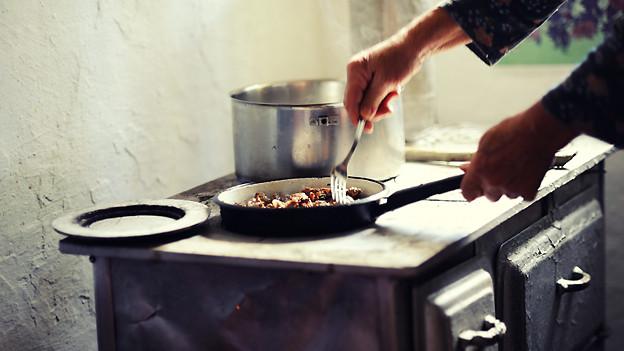 Die Lehrtöchter der Haushaltungsschule Zürich lernten unter anderem auf dem Holzkohleherd zu kochen.