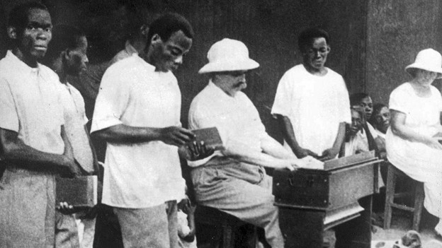 Albert Schweitzer an der Orgel im Urwaldspital von Lambarene. Für die westliche Welt wurde Schweitzer zum Inbegriff christlicher Nächstenliebe. 1952 erhielt er für sein Wirken den Friedensnobelpreis.