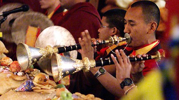 Sarnath 2001: Tibetische Mönche zelebrieren das Neue Jahr.