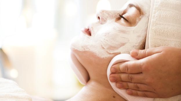 Crèmes und Gesichtsmasken wirken zwar entspannend, gegen die Hautalterung können sie aber nichts ausrichten.