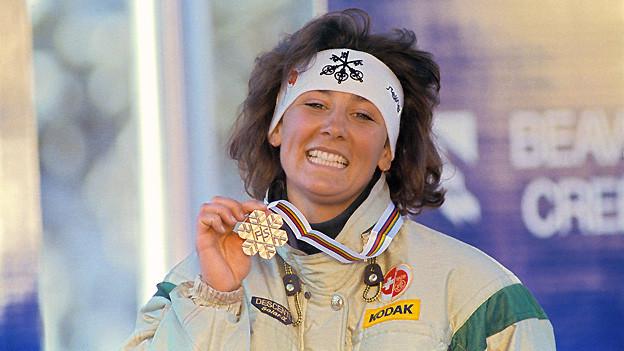 Abfahrtsweltmeisterin Maria Walliser mit ihrer Goldmedaille. Aufgenommen im Februar 1989 in Vail-Beaver Creek.