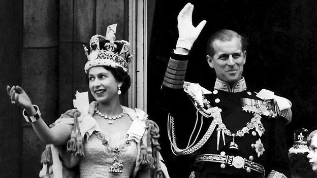 Nach ihrer Krönung am 2. Juni 1953 zeigt sich Elisabeth II zusammen mit ihrem Ehemann Philip Mountbatten, Herzog von Edinburgh, auf dem Balkon des Buckingham Palasts.