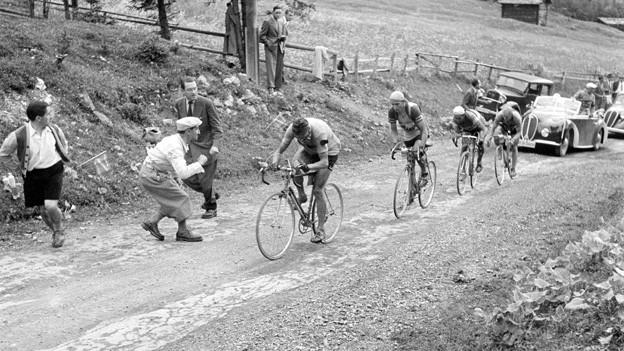 An der Tour de Suisse 1948: Die Radfahrer werden auf der steilen Passstrasse von den Zuschauern angefeuert.