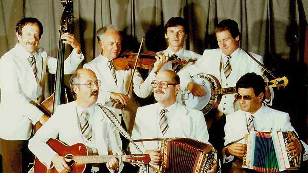 Cabaret Rotstift 1981 mit dem Programm «Tschuldigung». Stehend: Walter Dütsch, Viktor Lerch, Thomas Brechbühl, Jürg Randegger (v.l.n.r.). Sitzend: Heinz Lüthi, Werner von Aesch, Ernst Pantet (v.l.n.r.).