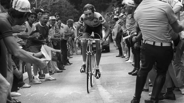 Beat Breu wird am 17. Juni 1981 bei der 7. Etappe der Tour de Suisse beim Bergzeitfahren von Lugano auf den Monte Bre von Zuschauern angefeuert.