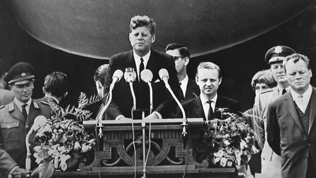 Der frühere amerikanische Präsident John F. Kennedy am 26. Juni 1963 während seiner berühmten Rede vor dem Rathaus Schöneberg in West-Berlin.