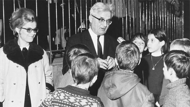 Carl Stemmler 1970 während einer Kindersendung im Basler Zoo.