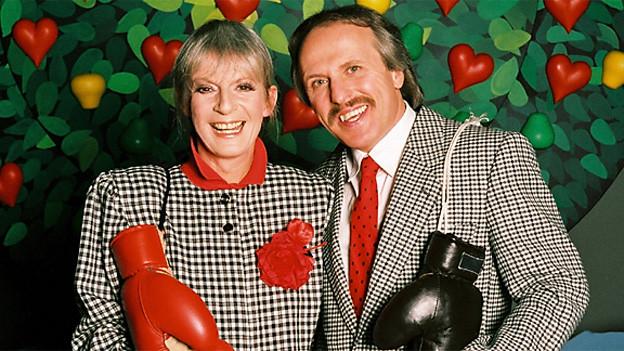 Ursula Schäppi und Walter Andreas Müller, «bewaffnet» mit Box-Handschuhen.