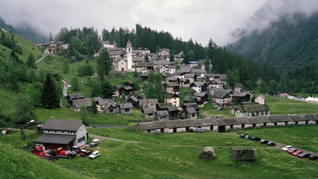Das Walserdorf Bosco Gurin auf 1503 Metern Hoehe ist das hoechstgelegene Dorf im Kanton Tessin.