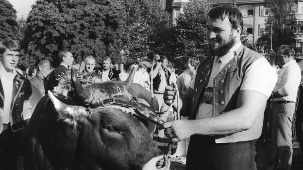Ernst Schläpfer posiert als Schwingerkönig mit dem jungen Stier «Gregor», seinem Siegerpreis am Eidg. Schwingfest 1980 in St. Gallen.