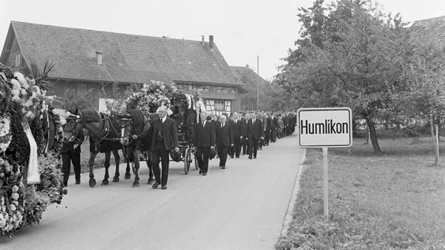 Am 9. September 1963 bewegt sich der Trauerzug mit den Opfern der Flugzeugkatastrophe von Humlikon zum Trauergottesdienst in Andelfingen.