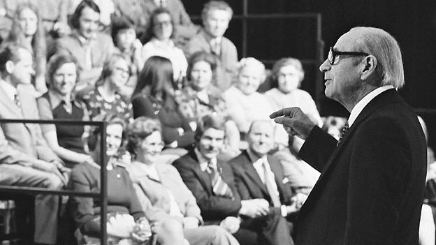 Der deutsche Fernsehmoderator und Journalist Robert Lembke moderiert am 5. September 1974 in Zürich seine beliebte Rateshow «Was bin ich?».