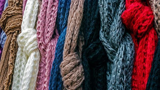 Ein langer gestrickter Schal mag schön sein, ist aber nicht in jeder Situation praktisch.