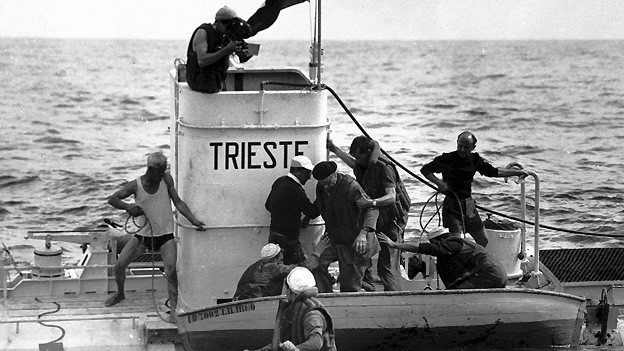 Professor Auguste Piccard und sein Sohn Jacques haben am 30. September 1953 mit ihrem Tiefseetauchgerät «Trieste» mit 3150 Meter Tiefe einen neuen Tauchrekord aufgestellt.